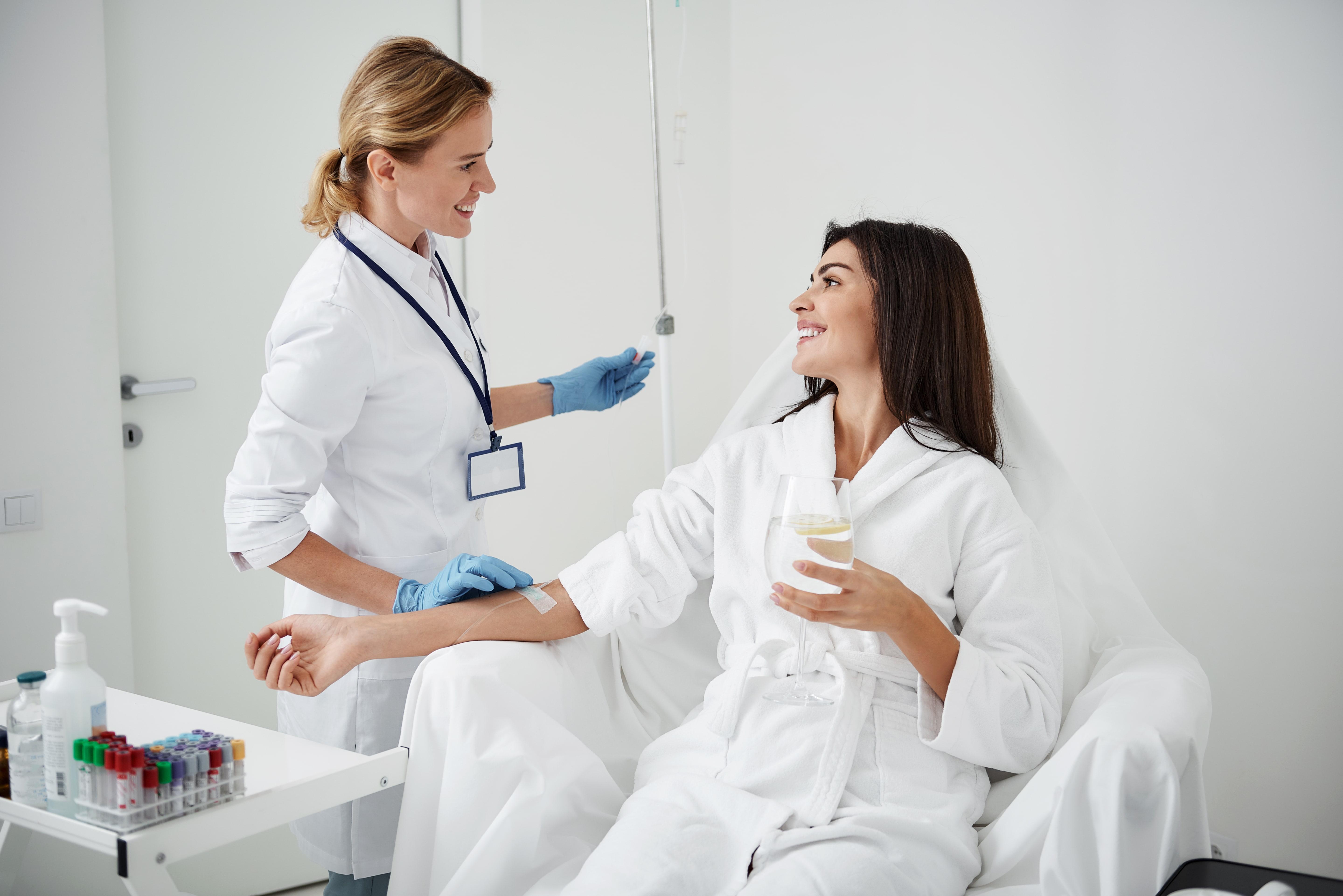 Mujer recibiendo tratamiento hormonal